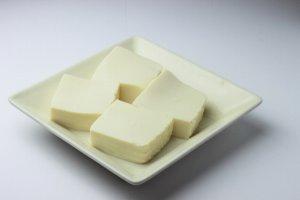 皿に盛った豆腐