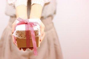 バレンタインプレゼントを差し出す女性