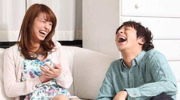 大笑いする男女