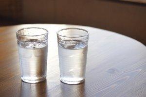 2つの水が入ったコップ