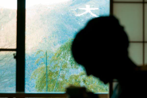 宿の窓から見える大文字
