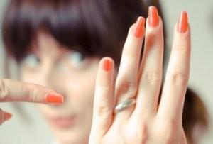 指輪を指さす女性
