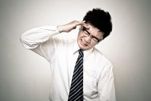 頭痛に苦しむサラリーマン